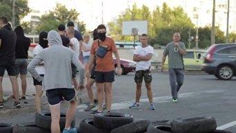 В Киеве титушки в масках перекрыли дорогу. Видео