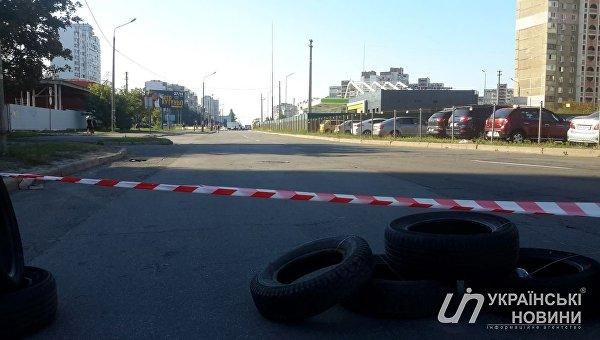 В Киеве противники застройки перекрыли движение и начали строить баррикады