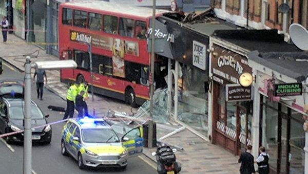 Двухэтажный автобус врезался в магазин в Лондоне