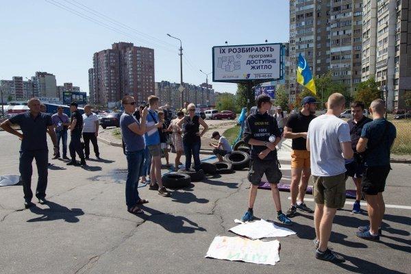 Жители Позняков перекрыли улицу Ревуцкого в Киеве, протестуя против строительства АЗС