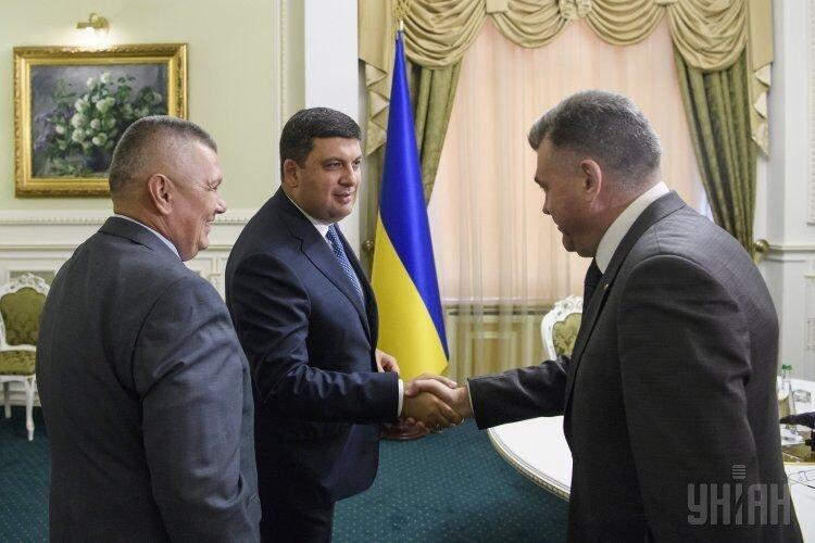 Премьер-министр Владимир Гройсман во время встречи с новым главой Государственной пограничной службы Украины Петром Цигикалом и бывшим руководителем ведомства
