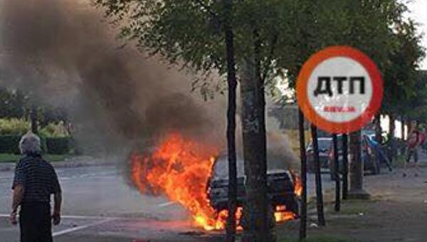 Автомобиль, загоревшийся в Голосеевском районе Киева, 10 августа 2017