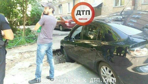 В Киеве на улице Адама Мицкевича автомобиль упал в окоп