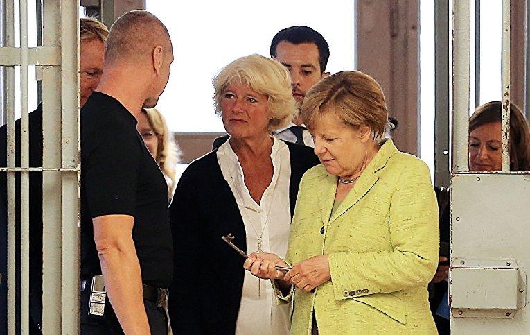 Канцлер Германии Ангела Меркель посетила бывшую тюрьму Штази в Берлине