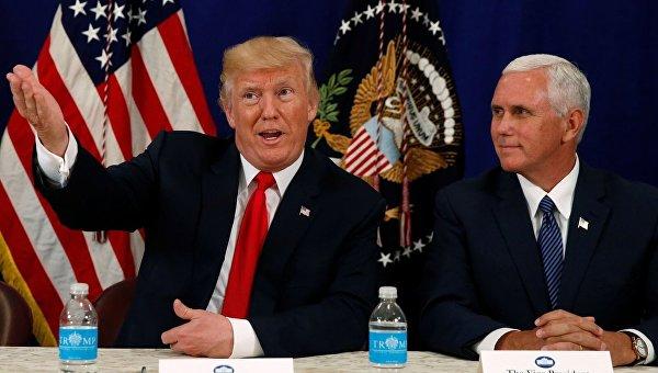 Президент США Дональд Трамп с вице-президентом Майком Пенсом на брифинге по безопасности