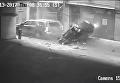 Чудом выжили. В США автомобиль рухнул  с седьмого этажа стоянки. Видео
