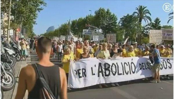Возмущенные наплывом туристов жители Барселоны вышли на протест