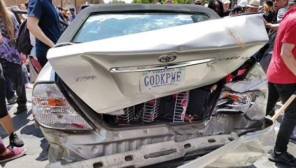 Автомобиль врезался в группу противников акции ультраправых в Виргинии
