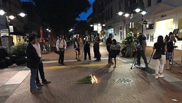 Цветы в память о погибшем во время столкновений в Виргинии