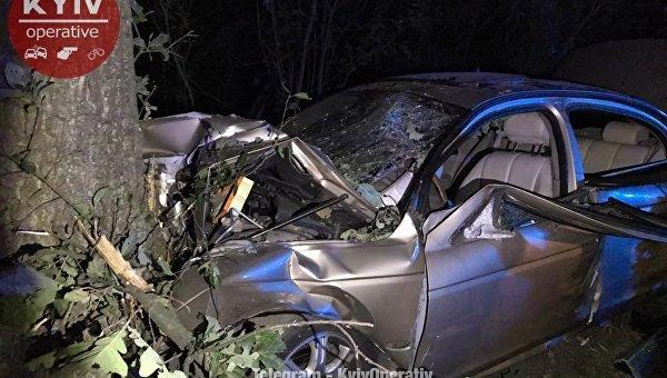 Под Киевом авто въехало вдерево, 3 человека травмированы