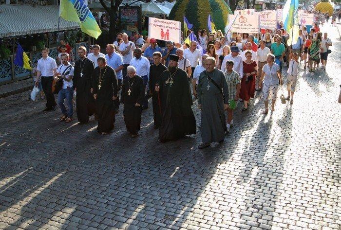 В центре Одессы прошлись маршем противники гей-парада