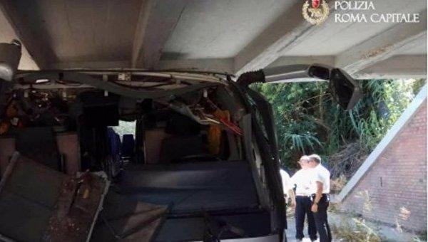 В Риме двухъярусный автобус с туристами врезался в мост