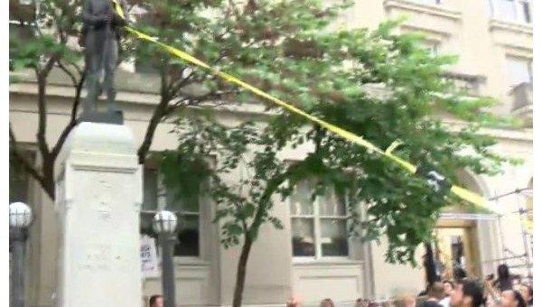 Участники протестов вамериканском Дурэме разгромили монумент конфедератам
