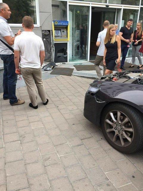 На улице Гарматной в Киеве водитель на автомобиле Honda Accord въехала в служебный вход бизнес-центра