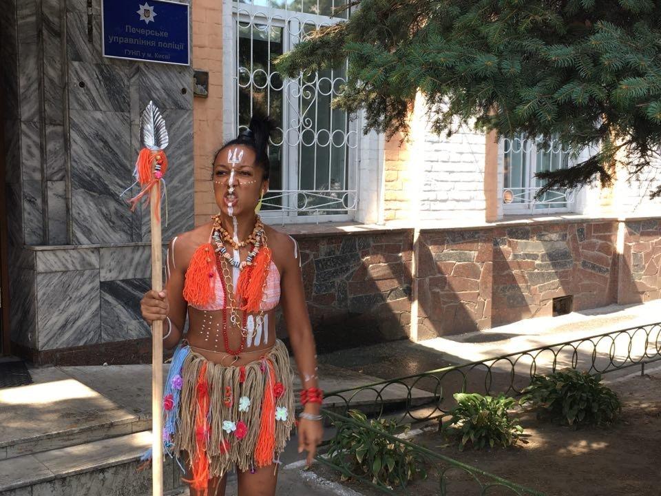 Активистке Femen, которая обнажилась напресс-конференции Порошенко иЛукашенко, вручили подозрение