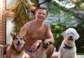 Олег Ляшко в своем загородном доме в компании с любимыми собаками