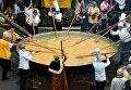 Члены Всемирного братства огромного омлета готовят омлет из 6500 яиц