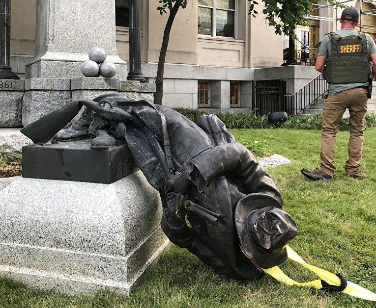 В США протестующие снесли памятник войскам Конфедерации