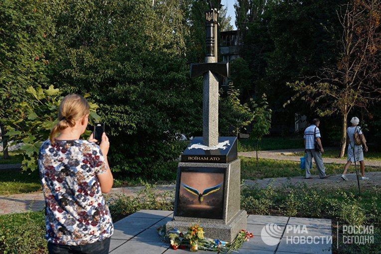 В Киеве открыли памятник в виде вонзённого в карту России меча