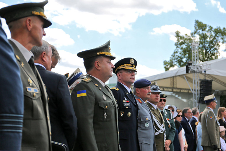 Степан Полторак во время военного парада в Варшаве