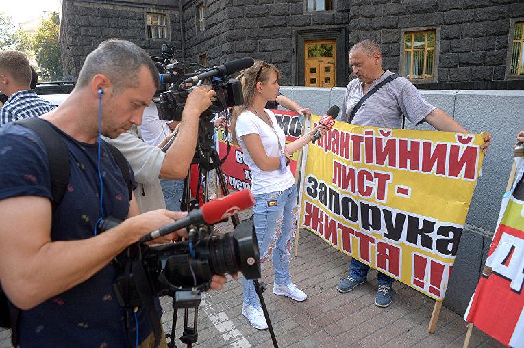 Протест под Кабмином с требованием средств на операции за границей для тяжело больных украинцев