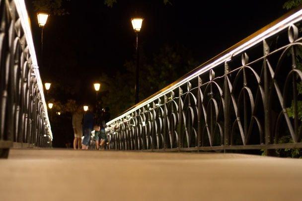 Мост Влюбленных вКиеве получил новое художественное освещение