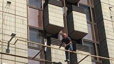 Мужчина угрожает самоубийством в Киеве, 17 августа 2017