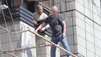 Мужчина угрожает выпрыгнуть с третьего этажа гостиницы Крещатик в центре Киева