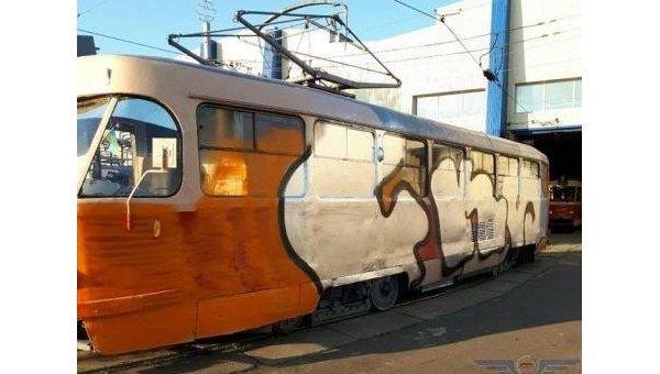 В Киеве неизвестные в масках принудительно остановили трамвай, после чего разрисовали его