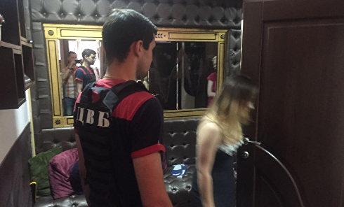 В Киеве задержали владелицу притонов и 6 сутенеров при попытке дать взятку