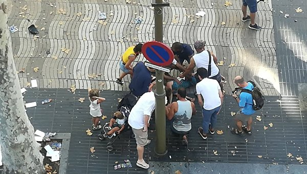 Микроавтобус въехал в толпу в центре Барселоны