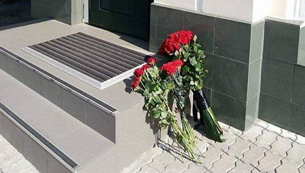 Цветы под посольством Испании в Киеве