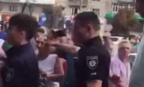 Драка местных жителей с патрульными в Черновцах