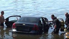 В Днепре спасатели вытащили из реки автомобиль. Видео