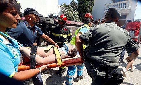 Спасатели эвакуируют пострадавшего во время  землетрясения в Италии