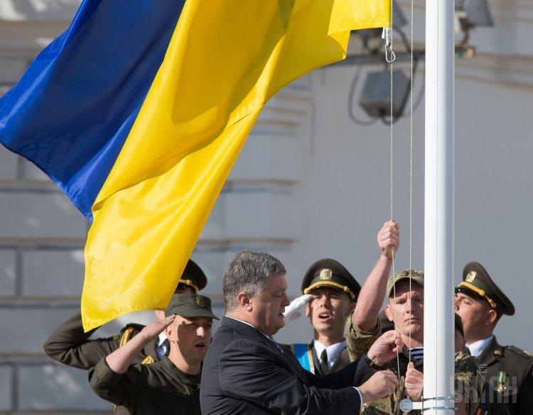 Президент Украины Петр Порошенко во время церемонии поднятия Государственного Флага на Софийской площади, в Киеве, 23 августа 2017 г.