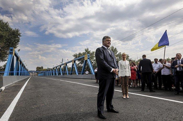 Порошенко в Изюме открыл мост через реку Северский Донец