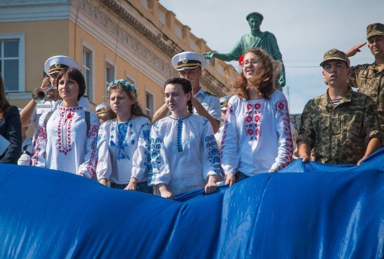 Потемкинскую лестницу накрыли 26-метровым флагом Украины