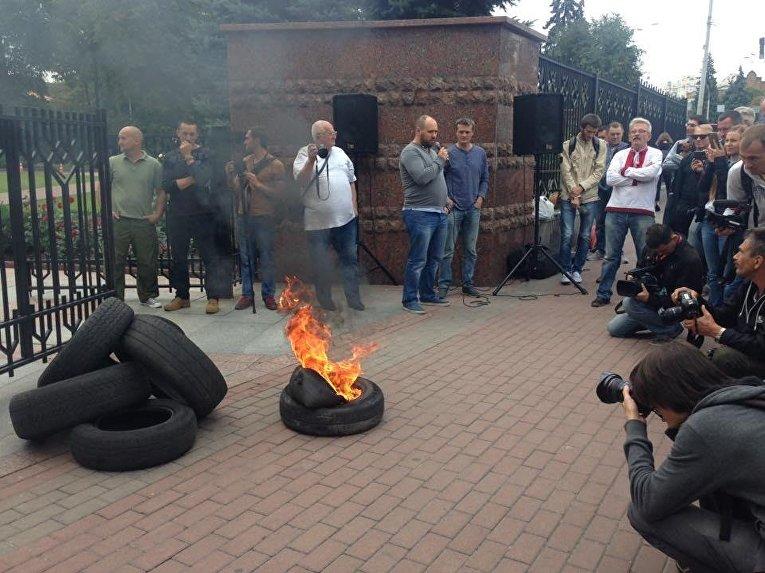 Под Апелляционным судом Киева активисты подожгли автомобильные шины