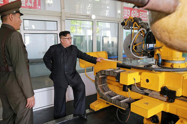 Северокорейский лидер Ким Чен Ын во время посещения Института химических материалов Академии оборонной науки