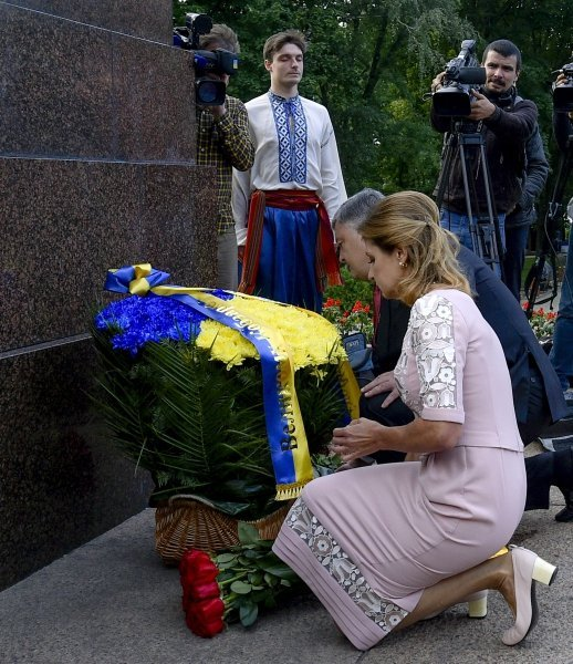 Порошенко возложил цветы к памятникам Шевченко, Грушевскому и почтил память Героев Небесной сотни