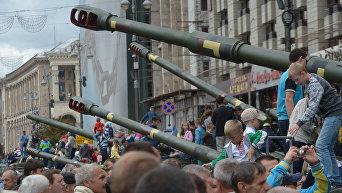 Выставка военной техники в центре Киева и дети
