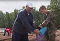 Александр Лукашенко убирает картошку