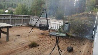 Норвежец заснял удар молнии, разгромившей его задний двор. Видео