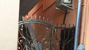 В центре Ужгорода мужчина проткнул живот на воротах и истек кровью