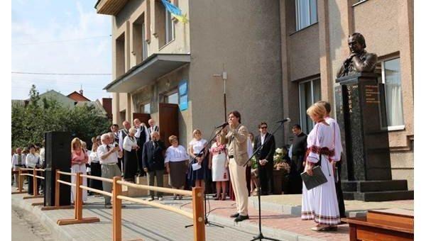 Во Львовской области к годовщине со дня рождения Ступки открыли памятный бюст