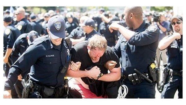 Столкновения между левыми и правыми произошли в американском Беркли