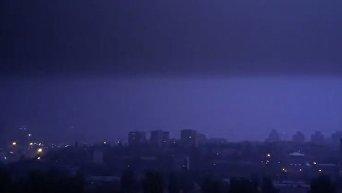 Киев накрыл мощный дождь с молниями. Видео