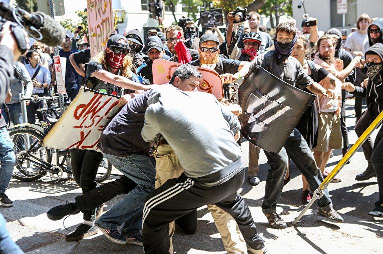 В Калифорнии произошли столкновения