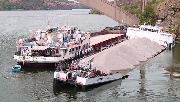 ВЗапорожье грузовое судно получило пробоины исело намель